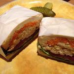 たっぷり野菜とチキン ブルーチーズのサンドイッチ