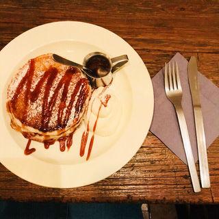 自家製塩バターキャラメルのパンケーキ 生クリーム添え(ももちどり)