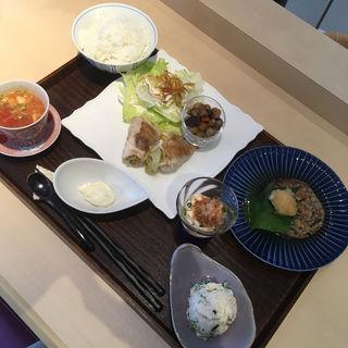 本日のZenご膳(五目煮、豚レタスロール巻、豆腐ハンバーグ、ポテトサラダ、冷奴、タルタルソース、スープ、ご飯)(ZenCafe)