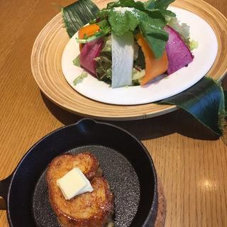 鎌倉野菜の贅沢サラダとフレンチトースト(LONCAFE 鎌倉小町通り店)