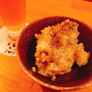 いぶりがっことクリームチーズのポテサラ(アンドビール)