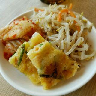 食べ放題のお惣菜 チヂミ キムチ ナムル(韓国料理 bibim' KITTE博多店)