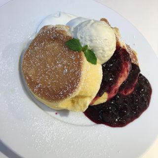 濃厚チーズムースパンケーキベリーソースがけ(幸せのパンケーキ  梅田店 )