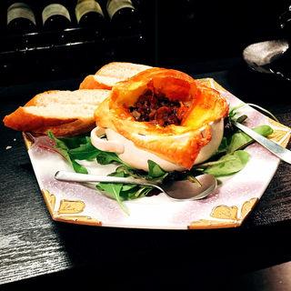 尾崎牛の牛すじ肉赤ワイン煮 ウニのパイ包みオーブン焼き(ウニバー Kai 一章 (カイイッショウ))