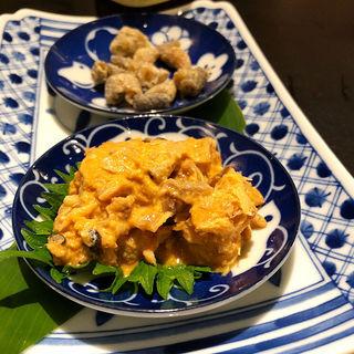 あんこう肝和えと海峡サーモン皮のチップス(酒と魚とオトコマエ食堂次郎)