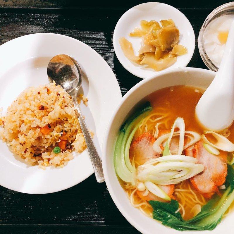 人気のお得ランチ(日替わり中華料理(A+B)、御飯、スープ、点心、漬物、杏仁豆腐)
