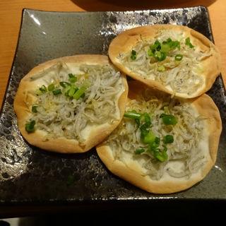 湘南しらす煎餅・胡麻ラー油風味(横濱頂食堂 (ヨコハマイタダキショクドウ))