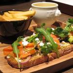 スモークサーモンとアボカド、リコッタチーズのオープンサンド グリビッシュソース
