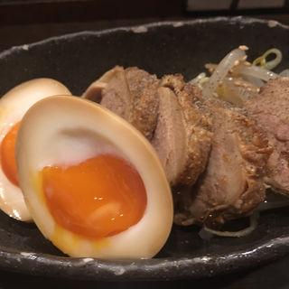 お酒との相性抜群! 『自家製鶏チャーシューと煮玉子』(炭火焼鳥 駿 (シュン))