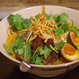 タイカレーラーメン (カオソーイ) ダブル 煮玉子 パクチー(シャム )