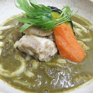 ゴロゴロ野菜と骨付き鶏肉のグリーンカレーうどん(讃岐うどん 麦衛門)