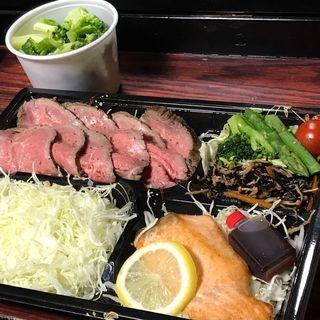 牛赤身肉のローストビーフ+サーモン+ブロッコリー盛り付き(筋肉食堂 水道橋店)