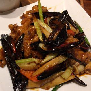 鶏もも肉とセロリ.椎茸甘辛辣油炒め(凛丹)