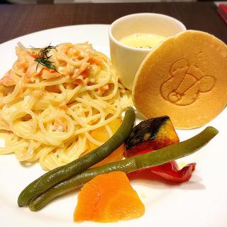 マオマオミルクソースのサーモンクリームパスタ(くまのがっこうダイニングカフェ)