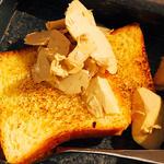 フォアグラの為に焼かれたブリオッシュとそのブリオッシュの為に作ったフォアグラバター(原価ビストロBAN! 八丁堀)