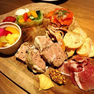 おすすめ前菜の盛り合わせ(GULF's transit table)