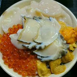 特製4色丼(アワビ、ホタテ、ウニ、イクラ)(ろくさん食堂 (ろくさんしょくどう))