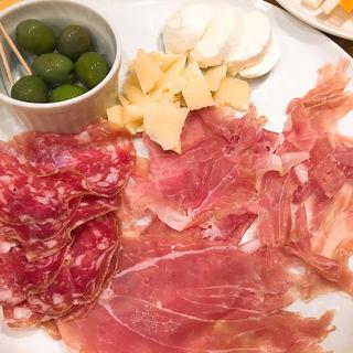 生ハム、サラミとチーズの盛り合わせ(ピッツェリア アッローロ (Pizzeria ALLORO))