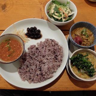 七草と豆のカレーと本日のカレーセット(初台スパイス食堂 和魂印才たんどーる)