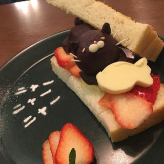 いちごニャンバタートースト ドリンクセット(サカノウエカフェ )