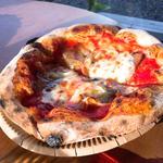 自家製ベーコンとトマトのピザ