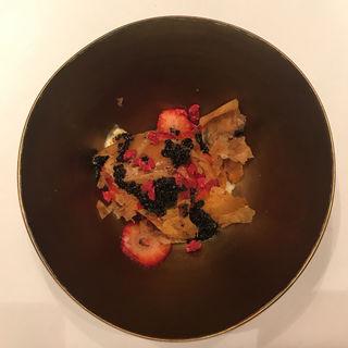 いちごとキルシュのアイス トリュフと蜂蜜のソース(エクアトゥール )