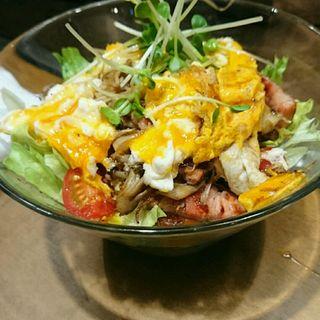 厚切りベーコンと半熟たまごのサラダ(お好み吉田)