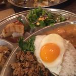 鶏ひき肉のガパオライス&マッサマンカレーの合い盛りプレート(UBU CAFE)
