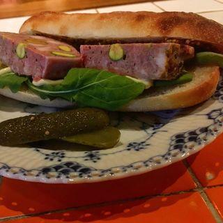 サメパンとパテドカンパーニュのサンドイッチ(サンフェイス)