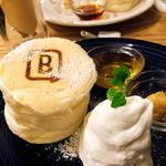 ホワイトスフレパンケーキ(メープルナッツバター付き)(BURN SIDE ST CAFE (バーンサイドストリートカフェ))