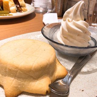 焼きたてメロンパンとなかほらソフトクリーム(俺のBakery&Cafe 松屋銀座 裏)