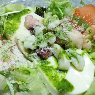 シーフードとモッツァレラチーズのジェノバ風サラダ(アントニオ 川崎店)