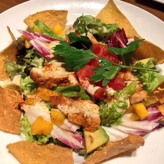 アボカド、マンゴー、タンドリーチキンのサラダ(BARU&DINING GOHAN 新宿三丁目店 (バルアンドダイニング ゴハン))