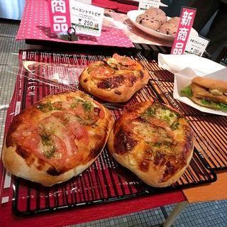 ベーコントマトピザ(Belle bois ベルボアーズ 博多駅東店)