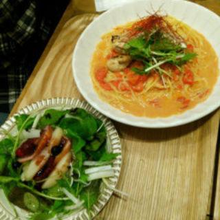 冬の味覚 牡蠣を使った味噌トマトクリームパスタとサラダ(Cafe ココノハ 河原町OPA店 )