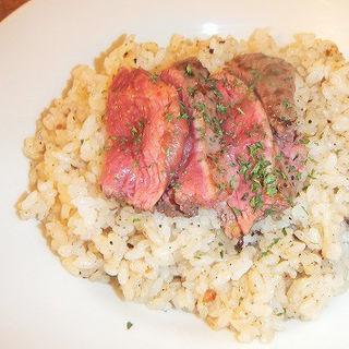 牛ランプor馬肉が選べる肉のせガーリックライス(DESIGN FOOD MARKET)