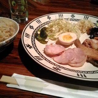 日替り定食(カレイとイカ煮付け、自家製チキンハムに他三品)(Dining BAR 街山荘)