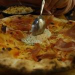 生ハムと半熟たまごのピザ