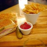 ローストポーク、ハニーベイクドハム、エメンタールチーズのキューバンサンド