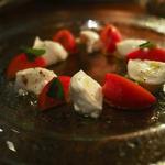 水牛モッテァレラチーズとフルーツトマトのカプレーゼ
