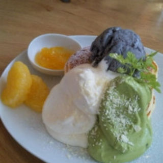 今月のパンケーキ 抹茶ホイップとホワイトチョコレートのホイップ熊本産の甘夏みかんを添えて(uzna omom b one )