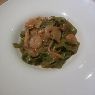 麺:タリアテッレ(ブレンドはほうれん草) ソース:海老と愛別産きのこのトマトクリームソース(VALORE SPAGHETTERIA)