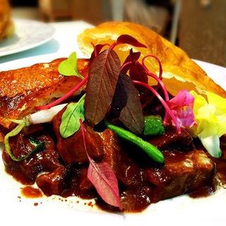 牛ほほ肉赤ワイン煮のビーフシチューパイ(アドニス ティ テーブル (Adonis T table))