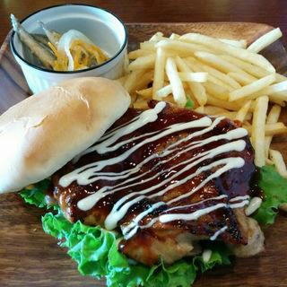 BBQチキンバーガー/フレンチフライ(アメリカンダイニングバーORCHARDROOM)