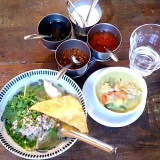 フォーとグリーンカレーのセット(アムリタ食堂)