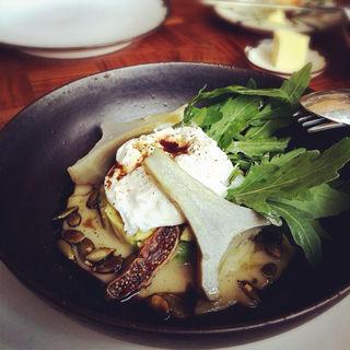 アーティチョークとブッファラのようなチーズにアボカド、キクイモのピューレにパンプキンシードとオイルを合わせたサラダ(BeBu (ビブ))