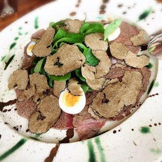 牛肉のカルパッチョにサマートリュフを乗せた一皿(BeBu (ビブ))