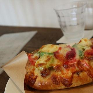 ベーコンと野菜のピザ