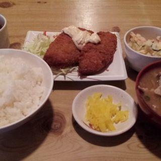 本日のランチ(白身魚フライとポテトサラダと汁もの)(いろり )