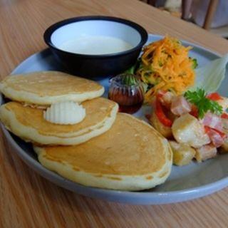 人参とゴーヤのラペ、ベーコンとじゃがいもと夏野菜の塩麹和え、枝豆のポタージュ(ウズナ オムオム (uzna omom))